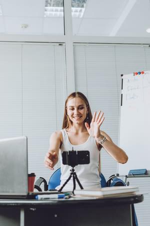 online-meetings-remote-teamwork-discussing-virtual-T9WNEQ7 (1)